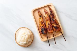 brocheta de alitas de pollo a la parrilla o barbacoa con arroz glutinoso foto