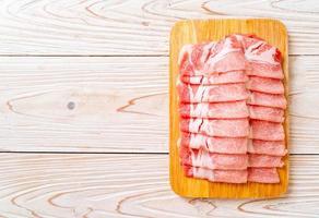 solomillo de cerdo crudo fresco en rodajas foto