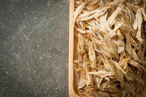 pequeño pescado seco al horno crujiente foto