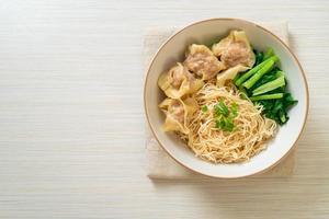 fideos de huevo secos con wonton de cerdo o albóndigas de cerdo sin sopa estilo asiático foto