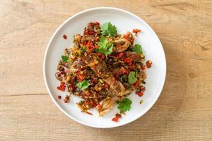 salteado de camarones mantis o cangrejos de río con chile y sal foto