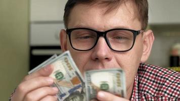 un hombre con dinero en sus manos finanzas video