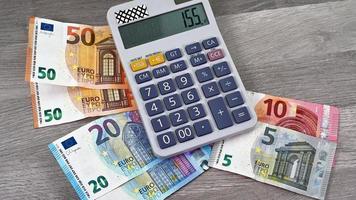 Billetes en euros de diferentes denominaciones con calculadora video
