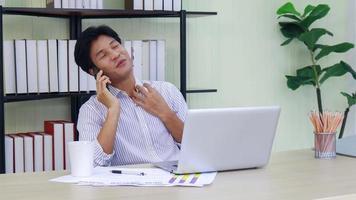 jeune homme d'affaires parlant au téléphone portable au bureau video