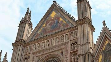 And cutting the tips of the roof of the Cathedral of Orvieto video