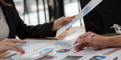 Asesor empresarial analizando cifras financieras que denotan el progreso en el trabajo de la empresa. foto