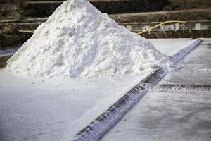 Sal en la producción de solución salina en Navarra, España foto