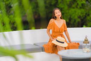 retrato, hermoso, joven, mujer asiática, estilo de vida, feliz, sonrisa, con, ocio, casi, mar, playa, océano foto
