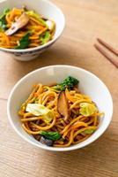 fideos yakisoba salteados con vegetales - comida vegana y vegetariana foto