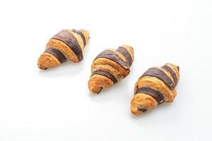 Croissant fresco con chocolate aislado sobre fondo blanco. foto