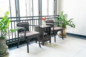 sillas de madera vacías en una habitación foto