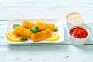 palitos de pescado frito o patatas fritas pescado con salsa foto