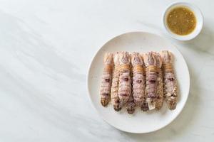 cangrejos de río o gambas mantis o estomatópodos al vapor con salsa picante de mariscos foto