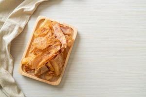 chips de taro taro en rodajas frito o al horno foto