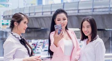 hermosas mujeres empresarias tomando fotos de selfies en el medio de la ciudad