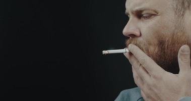 chico fumador con un cigarrillo video