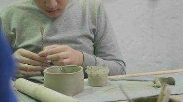 clase magistral para niños en el taller de cerámica de modelado de arcilla video