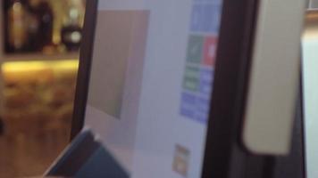 camarera usando una pantalla táctil en un restaurante video