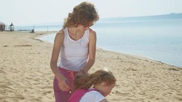 maman brosse sa fille dehors l'été video
