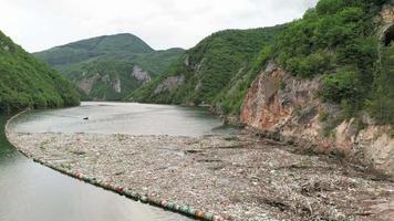 Sammlung von Plastikmüll in Flussgewässern, Videomaterial von Umweltabfällen video