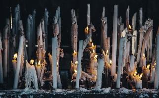 velas encendidas con llama foto