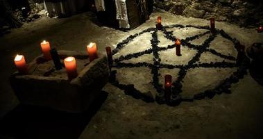 rituales del altar satánico foto