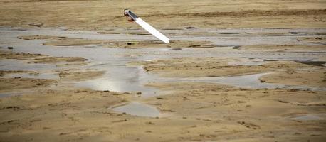 tabla de surf en la playa foto