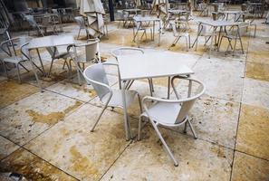 sillas en una terraza foto