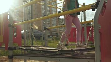 una bambina gioca su un campo sportivo all'aperto tramonto video