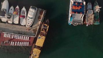 Fliegen über den Yachthafen und Frachthafen für Schiffe im Meer Luftaufnahme video