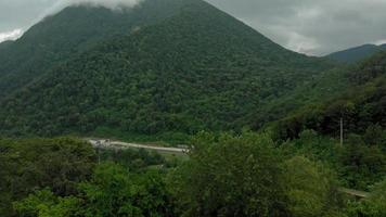 carretera en las montañas video aéreo