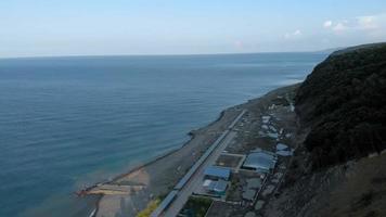 uma área de acampamento de praia na costa video