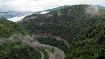 volando en un estudio aéreo de la garganta de la montaña video