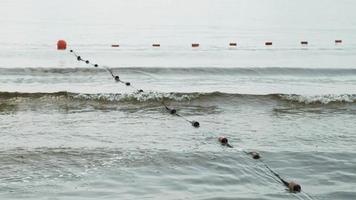 separando bóias no rio para um mergulho seguro na praia video