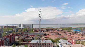 tour cellulaire environnement urbain bâtiments résidentiels. prise de vue aérienne depuis le drone video