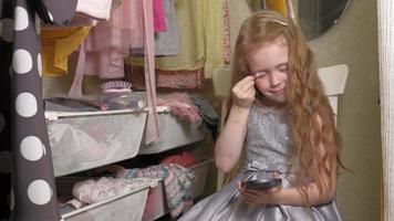 belle petite fille se maquille le visage. enfants à la mode video