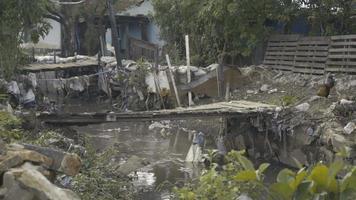 assentamentos favelados com áreas de lixo video