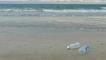 ponto de lixo plástico para lixo na praia video