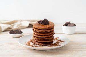pila de panqueques de chocolate con chocolate en polvo foto