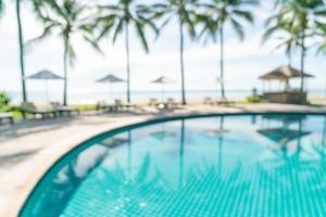 Piscina de cama borrosa abstracta alrededor de la piscina en un hotel de lujo para el fondo - concepto de vacaciones y vacaciones foto