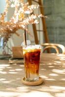 Café expreso con jugo de coco en la cafetería cafetería foto