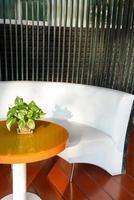 Terraza exterior vacía y una silla en el balcón foto