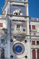 La torre del reloj de San Marcos en la piazza San Marco, el león de San Marcos relieve en la fachada, Venecia, Italia.2019 foto