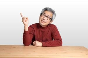 hombre asiático en el escritorio foto