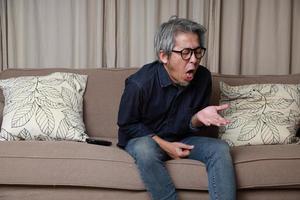 hombre asiático en la sala de estar foto