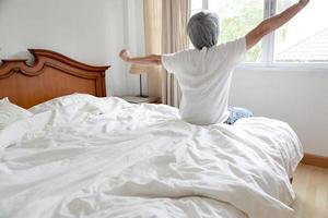 relajándose en el dormitorio foto