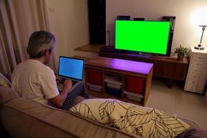 hombre asiático viendo television foto