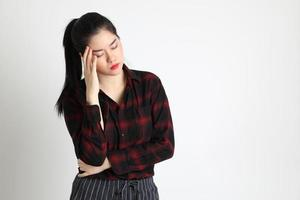 mujer asiática sobre fondo blanco foto