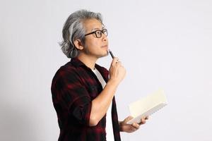 hombre asiático aislado foto