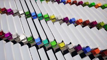 vista aérea de um estacionamento cheio de caminhões coloridos video